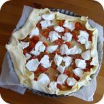 Tomaten-Ziegenkäse-Tarte vor dem Backen