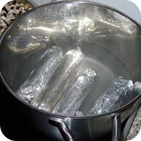 Brezenknödel in Alufolie köcheln lassen
