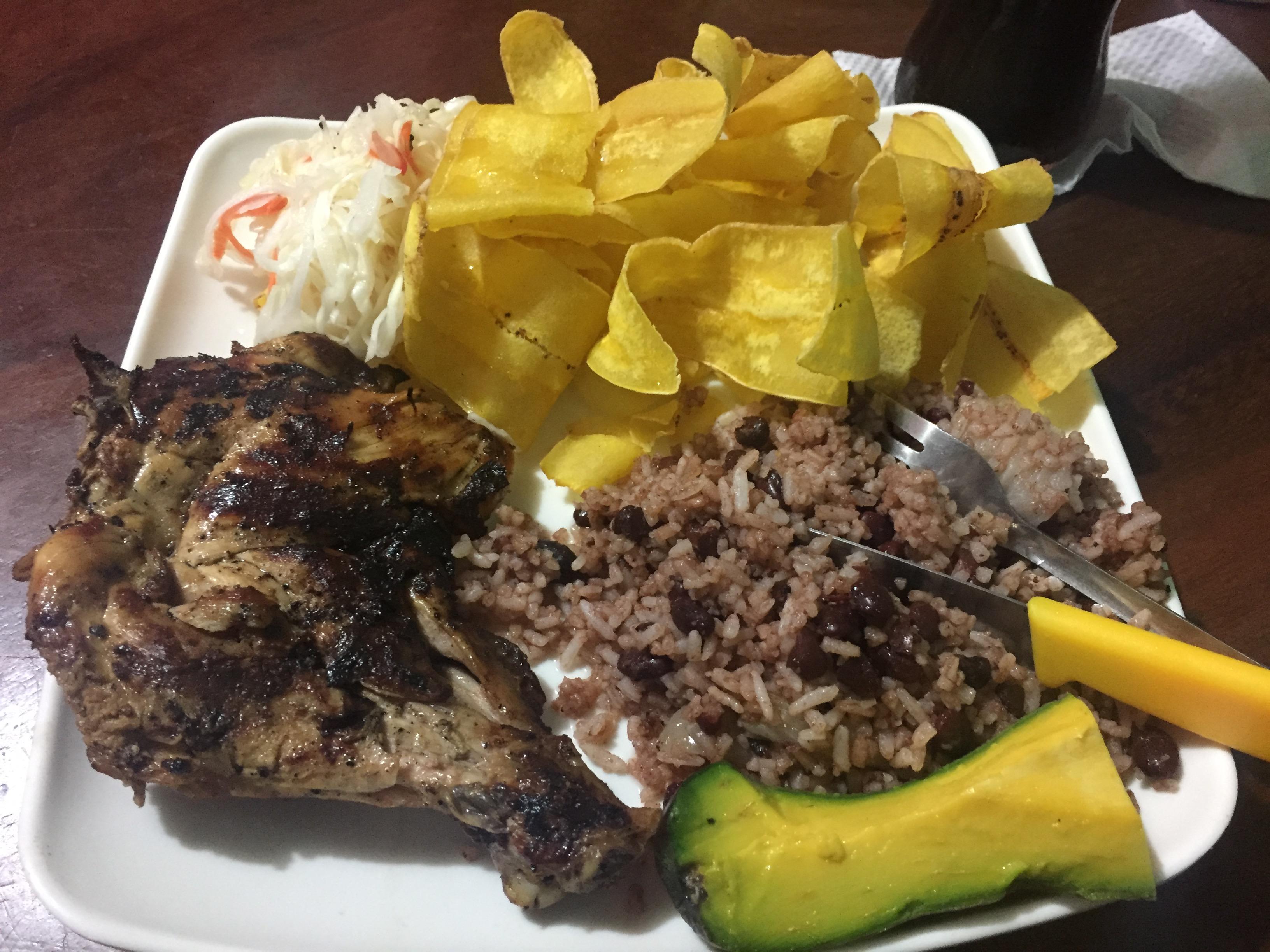 Barbeque Hähnchen mit Platanitos und Gallo Pinto