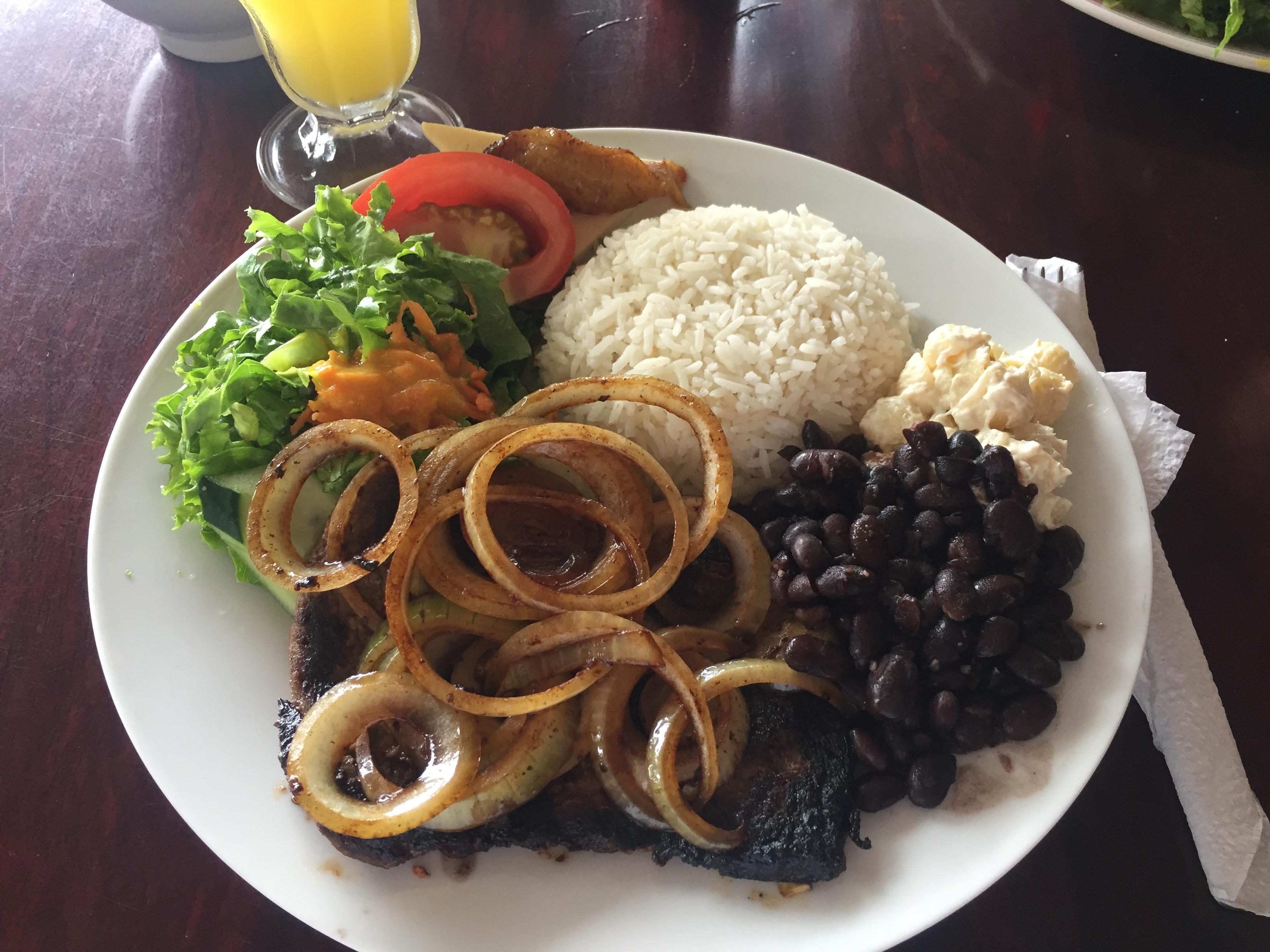 Beefsteak, Bohnen und Reis