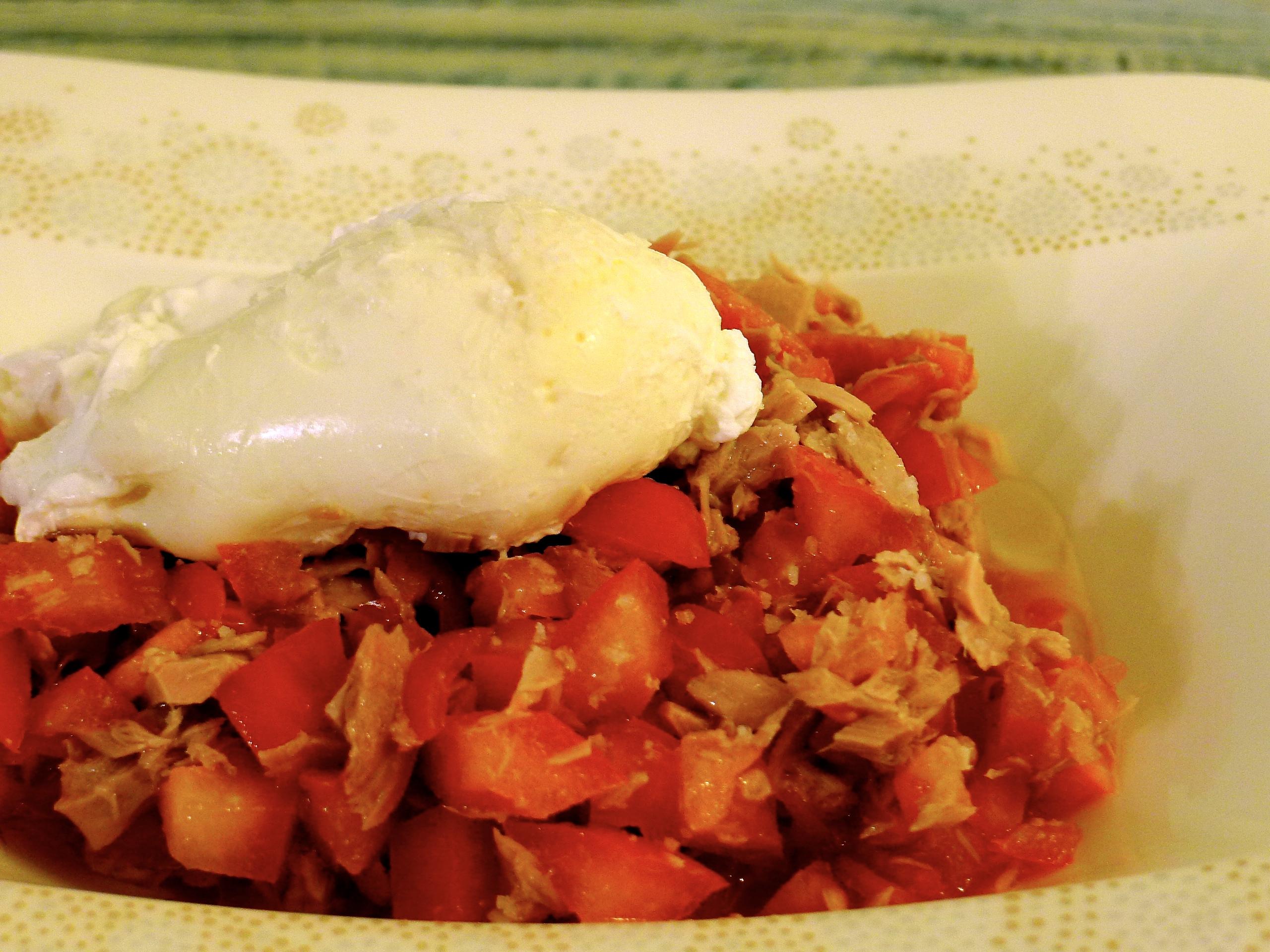 Thunfisch Tomaten Salat mit pochiertem Ei