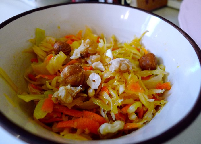Weisskohlsalat mit Feta und Nüssen