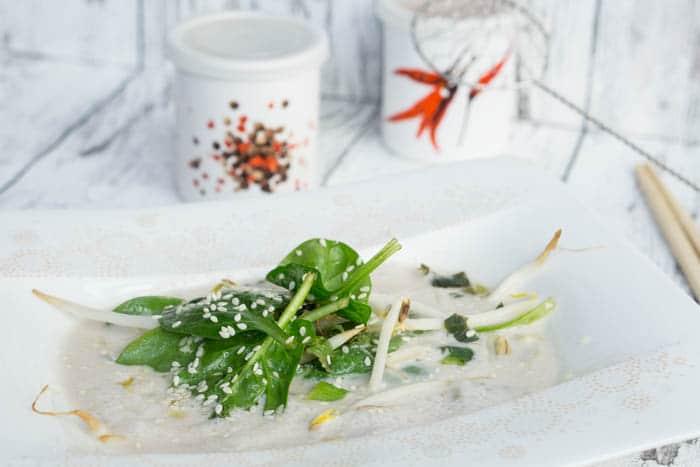 Asiatische Kokossuppe mit Spinat und Sprossen
