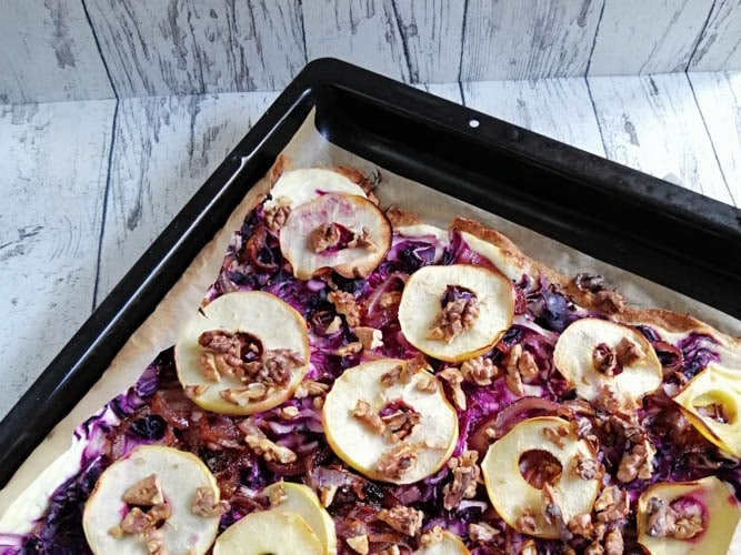 Flammkuchen vegetarisch mit Rotkohl und Äpfel
