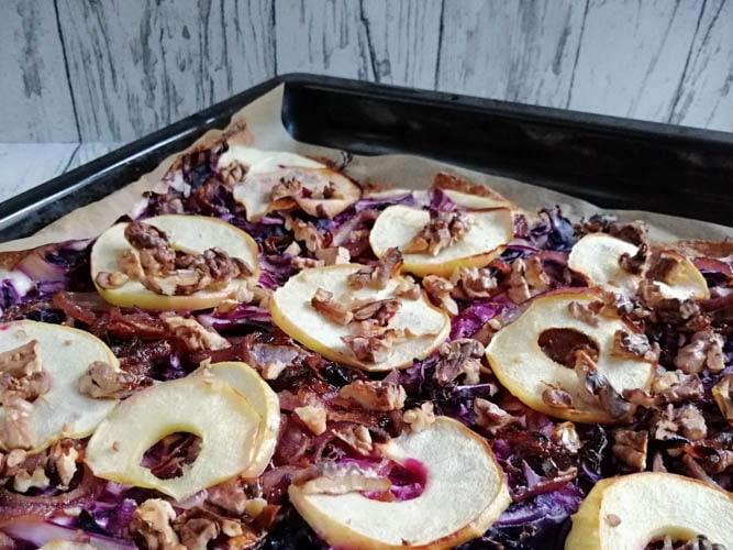 Flammkuchen mit Rotkohl und Äpfeln