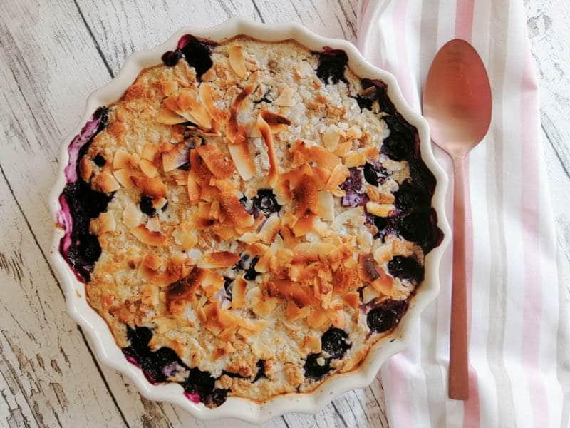 Frühstücksauflauf mit Beeren und Haferflocken