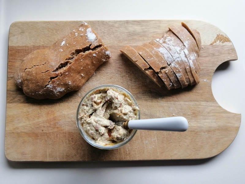 Dip mit Datteln und Frischkäse - ein herzhaft-süßer Aufstrich Traum