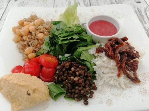 Gemüse Bowl zum Mittag mit Linsen, Quinoa und Kichererbsen