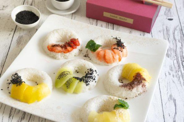 Süße Sushi Donuts mit Erdbeeren, Mango