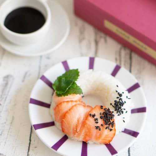 Süße Sushi Donuts mit Erdbeeren