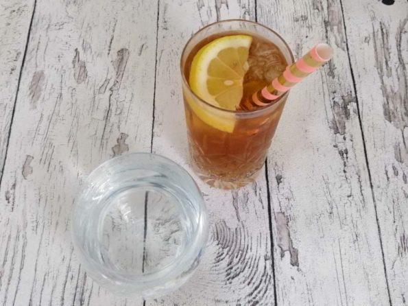 Glas mit Tee und Wasser: Warum Trinken so wichtig ist