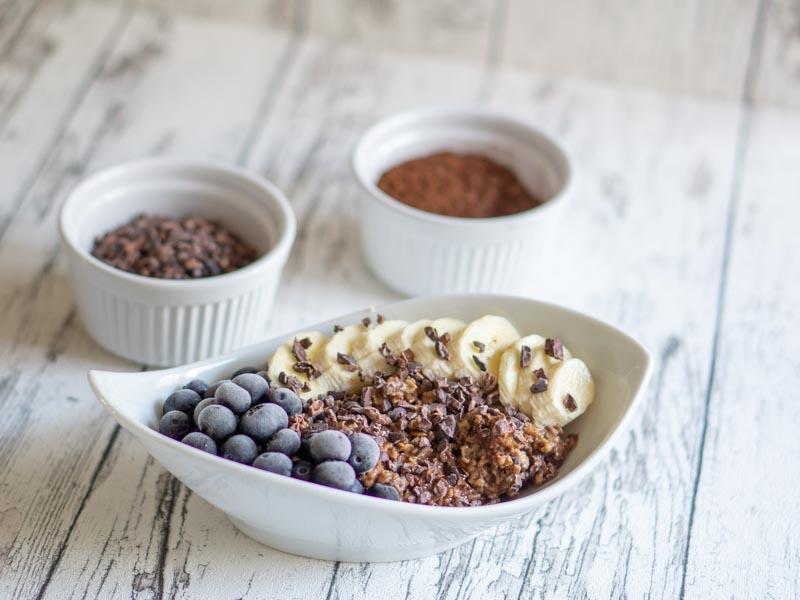 Schoko Porridge mit Kakao Nibs und Leinöl