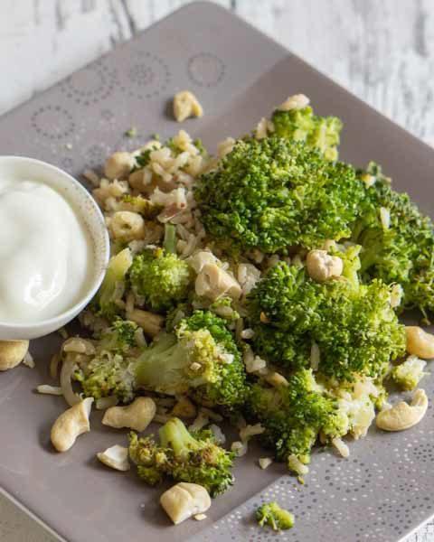 Im Ofen gerösteter Brokkoli mit Cashewkernen