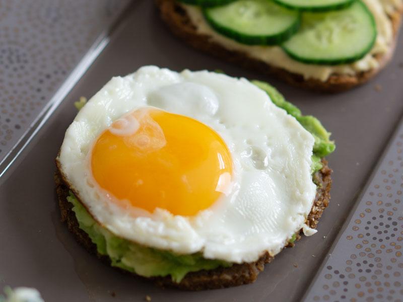 Frühstücksbrot für Gourmets: Avocado mit Ei und Spinat