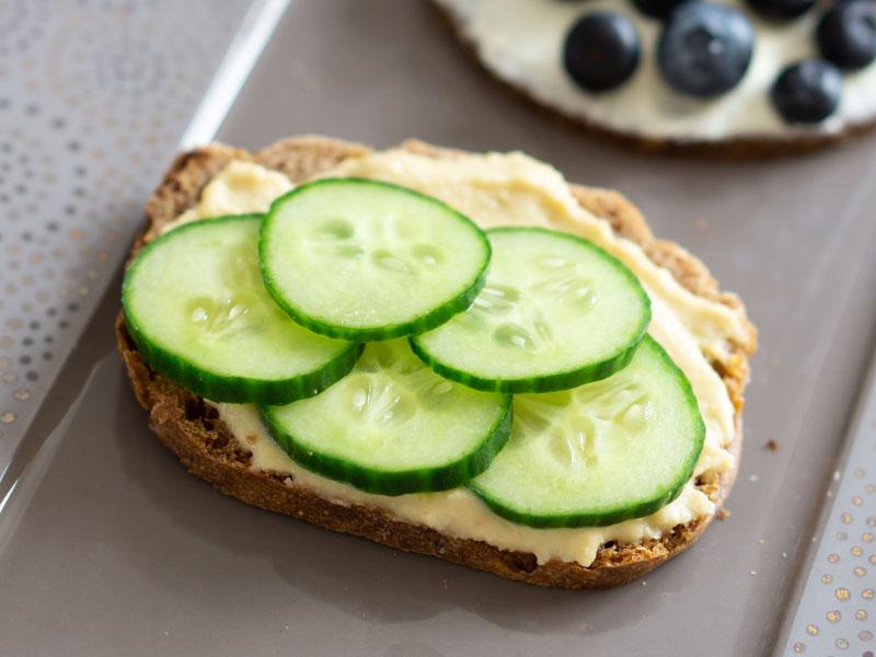Frühstücksbrot vegan: Hummus mit Gurke