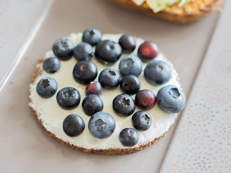Süßes Frühstück: Frischkäse und Heidelbeeren