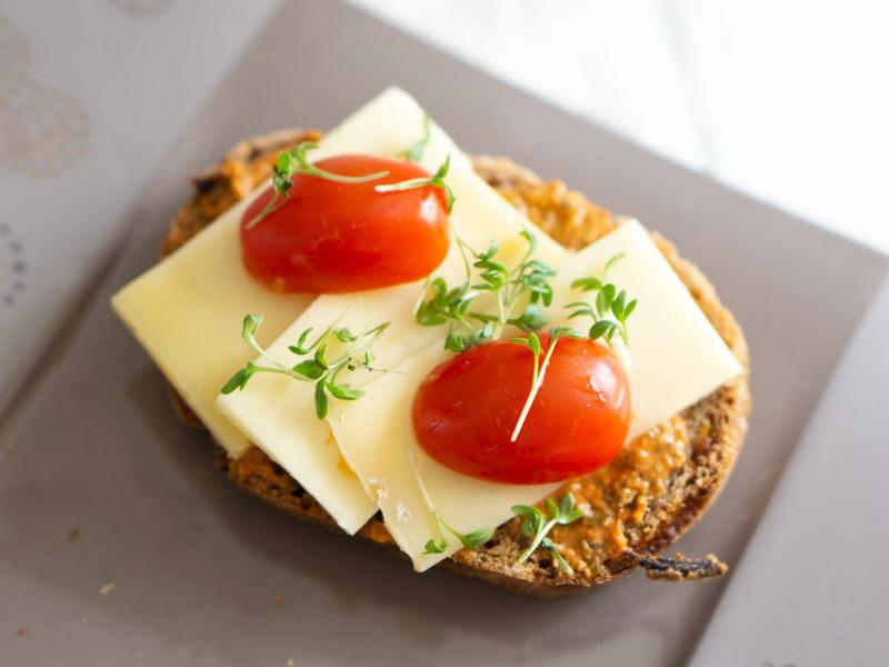 Käse mit Veggie Streich, Tomaten & Sprossen